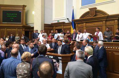 """Заседание Рады открылось под крики """"Ганьба"""", но вскоре все резко затихли"""