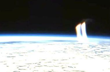 Камера МКС засняла загадочные лучи, бьющие из Земли
