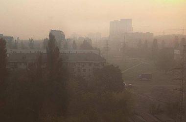 В Киеве — паника из-за едкого дыма, закрываются школы, люди боятся выпускать детей на улицу