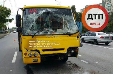 В Киеве маршрутка врезалась в грузовик