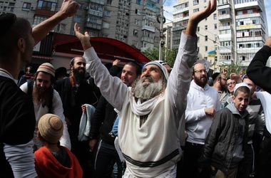 В Умань начали массово прибывать паломники-хасиды