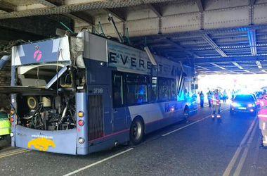 Двухэтажному автобусу снесло крышу в пригороде Манчестера