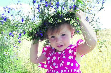 Улыбки малышей: двухлетняя Владислава любит позировать, как модель