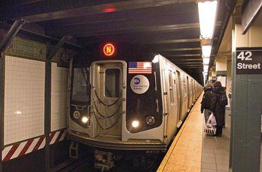 В Нью-Йорке поезд метро сошел с рельсов