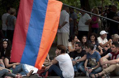 В Ереване митингующие вновь заблокировали проспект Баграмяна