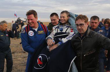 """Корабль """"Союз"""" доставил космонавтов с орбиты на Землю"""