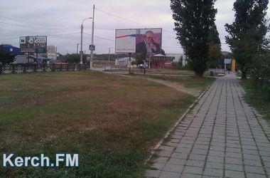 В Керчи снова облили краской билборды с Путиным