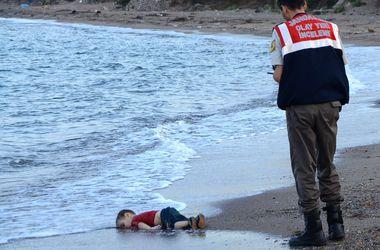 Charlie Hebdo опубликовал карикатуры на утонувшего сирийского малыша