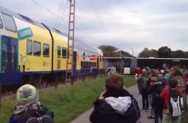В Германии пассажирский поезд разорвал на части школьный автобус