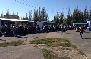 Транспортный ад: на Донбассе под палящим солнцем люди стоят в огромной очереди на автобусы