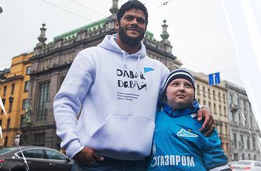 Известный футболист Халк спел на улице ради больного раком ребенка