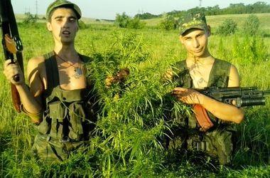"""""""Веселые"""" боевики устроили фото-флешмоб с марихуаной"""