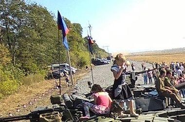 Несмотря на гибель ребенка под Торезом возобновили танковое шоу боевиков