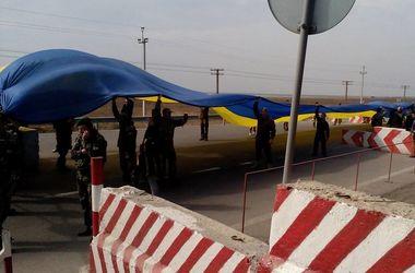 На границе Крыма развернули 26-метровый флаг Украины