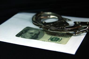 Инспектора ГосЧС в Киеве поймали на взятке в тысячу долларов