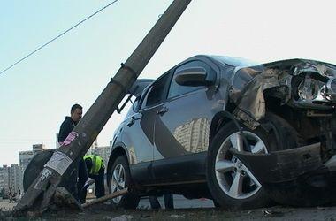 Подробности курьезной аварии в Киеве: водитель снес столб из-за невнимательности