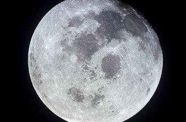 Ученые нашли воду на Луне