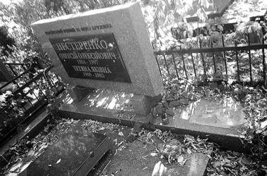 Вандалы массово уносят памятники с Байкового кладбища в Киеве