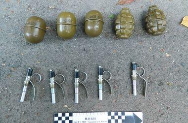 В Киеве милиция задержала подозреваемого в убийстве мужчину с гранатами и пистолетом