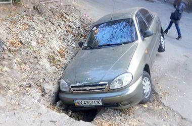 В Харькове авто провалилось в яму
