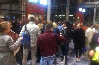 Украинцы часами сидят в аэропорту на холодных стульях и без еды из-за сломанного самолета