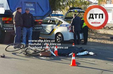В Киеве грузовик насмерть сбил женщину с велосипедом
