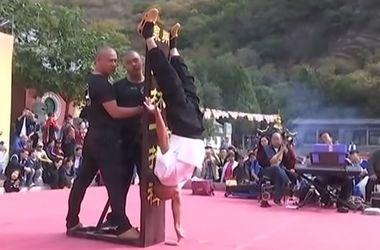 Шаолиньский монах продемонстрировал стойку на одном пальце