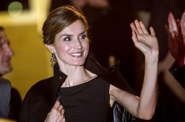Королеву Испании отругали за черные колготки и короткое платье