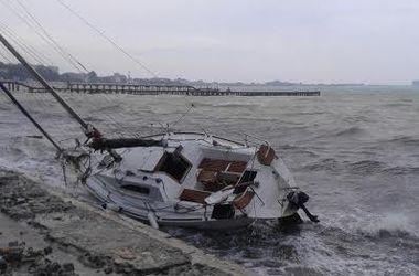 Шторм в Крыму: на берег выбрасывает яхты и катера