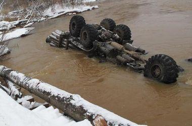 Смертельная авария: грузовик слетел с моста в реку
