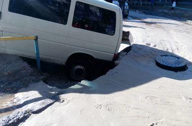В Киеве машина провалилась в дыру в асфальте
