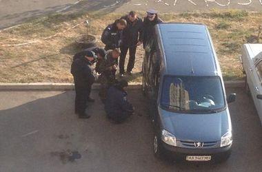 В Киеве на Троещине ищут бомбу в автомобиле