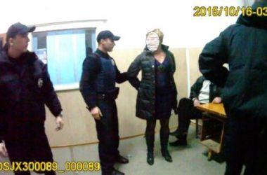 Во Львове учительница напала на полицейских за отказ отвезти ее домой