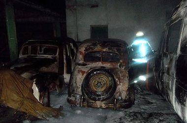 """В Ужгороде до """"костей"""" выгорели четыре автомобиля"""