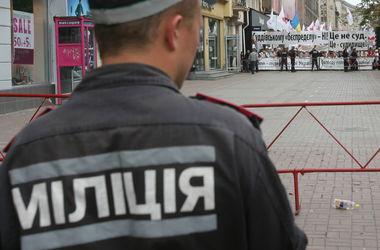 В столице пьяные мужчины разгромили палатку одной из партий и побили агитаторов