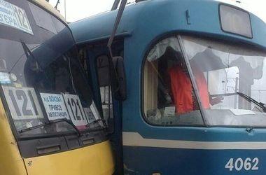 """В Одессе маршрутка пыталась """"войти"""" в передние двери трамвая"""