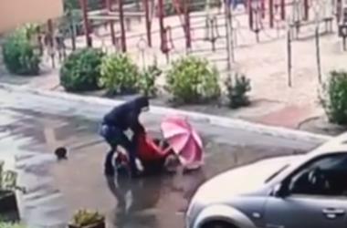 Утром на Позняках на женщину напал грабитель