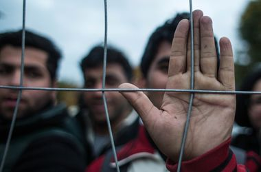 Словения не справляется с наплывом беженцев, люди подожгли лагерь