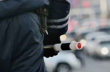 Агрессивная россиянка избила троих полицейских, которые собирались эвакуировать ее авто