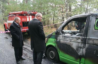 Сгоревшую инкассаторскую машину начали разрезать, чтобы достать тела погибших