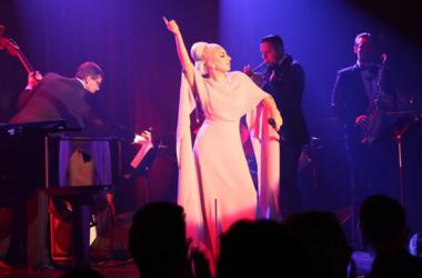 Леди Гага в элегантном платье покорила своим пением