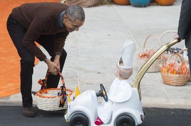 """Ребенок в костюме понтифика за рулем """"папамобиля"""" приехал к Обаме на Хеллоуин"""