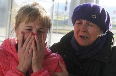 Убитые горем родственники пассажиров А-321 собрались в аэропорту