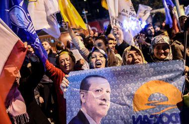 В Турции на выборах побеждает пропрезидентская партия