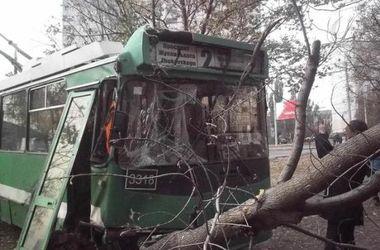 В Харькове троллейбус с пассажирами слетел с дороги