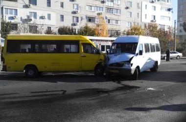 В лобовом столкновении двух маршруток пострадали 5 человек