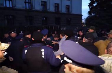 В сети появилось видео потасовки у Дома профсоюзов в Одессе