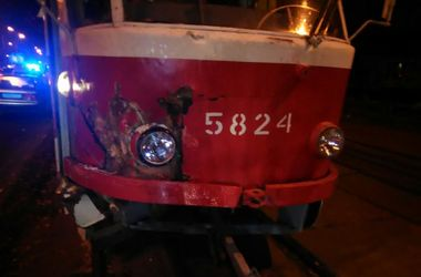 В Киеве трамвай столкнулся с инкассаторским авто
