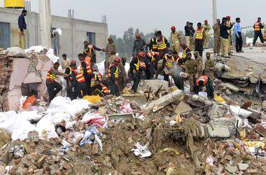 В Пакистане обрушился завод: десятки человек погибли