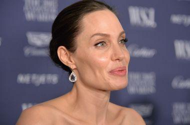 Исхудалая Джоли в откровенном платье засветила огромное тату на спине (фото)